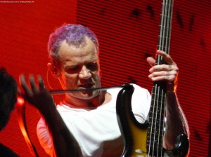 Flea Red Hot Chili Peppers changing bass guitar
